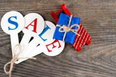Acquisto di vendita di Natale Slitta rossa in pieno dei contenitori di regalo Immagini Stock