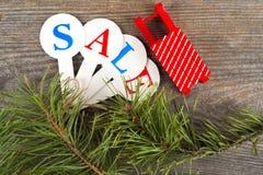 Acquisto di vendita di Natale Slitta rossa in pieno dei contenitori di regalo Immagine Stock