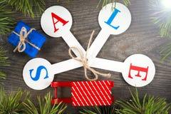 Acquisto di vendita di Natale Slitta rossa in pieno dei contenitori di regalo Fotografie Stock