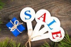 Acquisto di vendita di Natale Slitta rossa in pieno dei contenitori di regalo Fotografia Stock Libera da Diritti