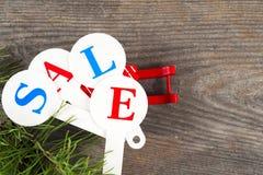 Acquisto di vendita di Natale Slitta rossa in pieno dei contenitori di regalo Immagine Stock Libera da Diritti