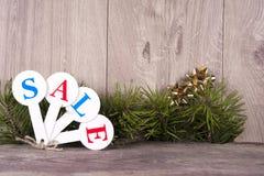 Acquisto di vendita di Natale Slitta rossa in pieno dei contenitori di regalo Fotografie Stock Libere da Diritti