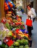 Acquisto di verdure della donna anziana del mercato del supporto fotografia stock libera da diritti