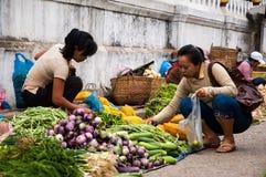 Acquisto di verdure in Luang Prabang Fotografie Stock