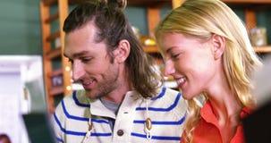 Acquisto felice delle coppie nella sezione organica stock footage