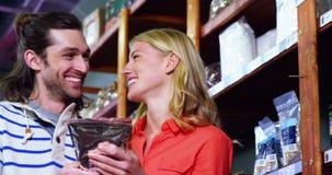 Acquisto felice delle coppie per le drogherie video d archivio