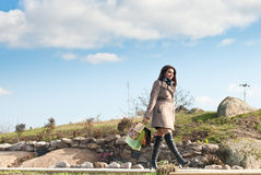 Acquisto felice: Donna che cammina sotto il cielo blu Fotografia Stock