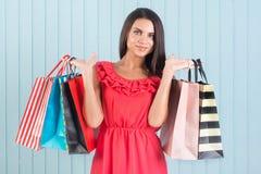 Acquisto felice, vendita Bella donna con molti sacchetti di acquisto Immagine Stock Libera da Diritti