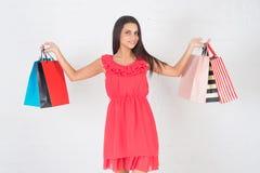 Acquisto felice, vendita Bella donna con molti sacchetti di acquisto Fotografia Stock Libera da Diritti