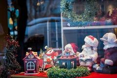Acquisto, giocattoli e decorazioni della finestra di Natale Immagine Stock Libera da Diritti