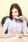 Acquisto in linea con la carta di credito Fotografia Stock