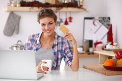 Acquisto online sorridente della donna facendo uso del computer e Fotografie Stock