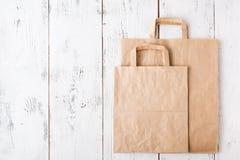 Acquisto Sacchi di carta vuoti con le maniglie, responsabilit? sociale, concetto di cura di ecologia fotografia stock