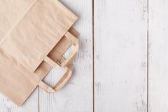Acquisto Sacchi di carta vuoti con le maniglie, responsabilit? sociale, concetto di cura di ecologia immagini stock libere da diritti