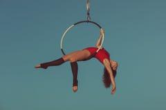 Acróbata de la antena de la mujer Imagen de archivo libre de regalías