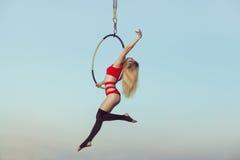 Acróbata de la mujer en el aire Imagen de archivo libre de regalías