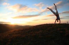 Acróbata de la puesta del sol Imagen de archivo libre de regalías