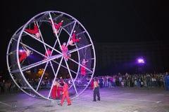 Acróbatas y rueda gigante Fotografía de archivo libre de regalías