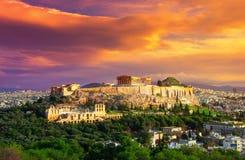 Acrópole com Partenon Vista através de um quadro com plantas verdes, árvores, mármores antigos e arquitetura da cidade, Atenas fotografia de stock royalty free