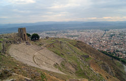 A acrópole da cidade de Pergam, e turistas Fotos de Stock Royalty Free