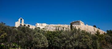 Acrópole da rocha de Atenas Grécia e Partenon no fundo do céu azul, dia ensolarado fotos de stock