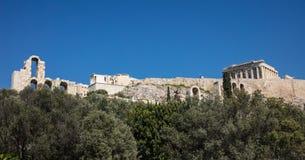 Acrópole da rocha de Atenas Grécia e Partenon no fundo do céu azul, dia ensolarado imagens de stock royalty free