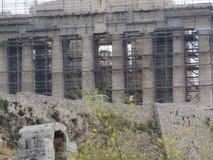 Acrópole de Atenas em estruturas do metal imagens de stock