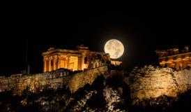 Acrópole de Atenas, Grécia em uma noite da Lua cheia Fotografia de Stock Royalty Free