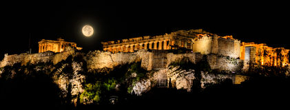 Acrópole de Atenas, Grécia em uma noite da Lua cheia Fotografia de Stock