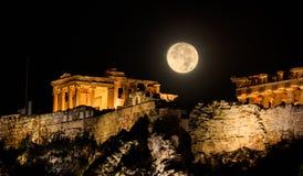 Acrópole de Atenas, Grécia em uma noite da Lua cheia fotos de stock