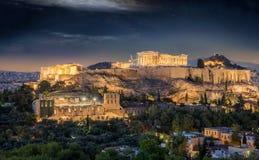A acrópole e o Partenon de Atenas durante a noite Imagem de Stock