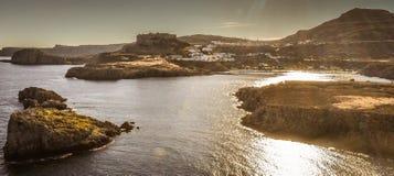 A acrópole e a vila da foto de Lindos tomadas do monte do túmulo de Kleovoulos fotografia de stock royalty free