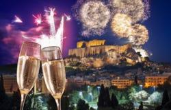 Acrópolis con el fuego artificial, celebración del Año Nuevo en Atenas, Grecia Foto de archivo