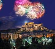 Acrópolis con el fuego artificial, celebración del Año Nuevo en Atenas, Grecia Fotos de archivo