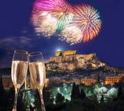 Acrópolis con el fuego artificial, celebración del Año Nuevo en Atenas, Grecia Imagen de archivo libre de regalías