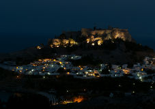Acrópolis de Lindos en la colina en oscuridad Imagen de archivo