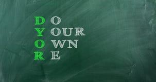 Acrônimo de DYOR escrito no quadro verde video estoque