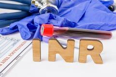 Acrônimo do laboratório clínico da INR ou abreviatura médica do tempo da protrombina, análise de sangue pelo tempo da coagulação  foto de stock