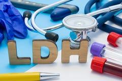 Acrônimo do laboratório médico de LDH, significando a desidrogenase do lactato Letras que fazem a palavra de LDH, situada perto d imagem de stock