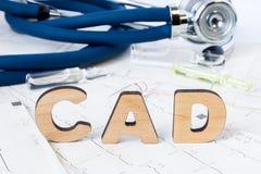 Acrônimo ou abreviatura do CAD ao conceito ou ao diagnóstico médico da doença arterial coronária - tipo de doença cardíaca comum  foto de stock royalty free