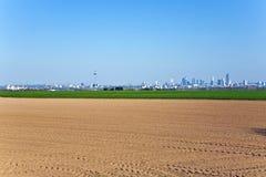 Acre recentemente ploughed com skyline no horizonte Imagem de Stock Royalty Free