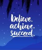 Acredite, consiga, suceda Cartaz das citações da inspiração com paisagem da montanha da noite ilustração stock