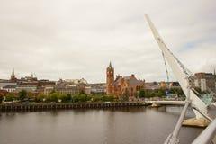 Acreoss d'une vue la rivière Foyle du pont iconique de paix au-dessus de la rivière Foyle dans la ville de Londonderry en Irlande Images libres de droits