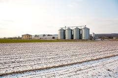 Acres con nieve en invierno con el silo en luz y struc hermosos Imagenes de archivo