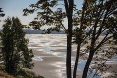 Acres de la arena y del fango - planos de marea cerca de la roca blanca foto de archivo libre de regalías
