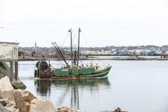 Acres de vert de chalutier retournant au port photo libre de droits