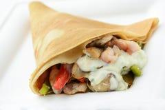 Acrespone el cono con el pollo y las verduras, aislados Foto de archivo libre de regalías