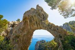 ACRO Naturale ist natürlicher Bogen auf Küste von Insel von Capri, Italien Stockfoto