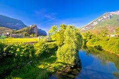 ACRO-Schloss auf der Klippe und Sarca-Fluss gestalten Ansicht landschaftlich Stockfotografie