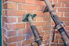 Acro-Unterstützungen, die an der Backsteinmauer sich lehnen Stockfotos